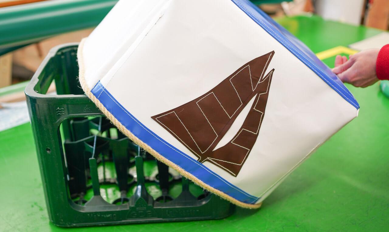 Getränkekisten-Bezug mit Segelboot-Motiv