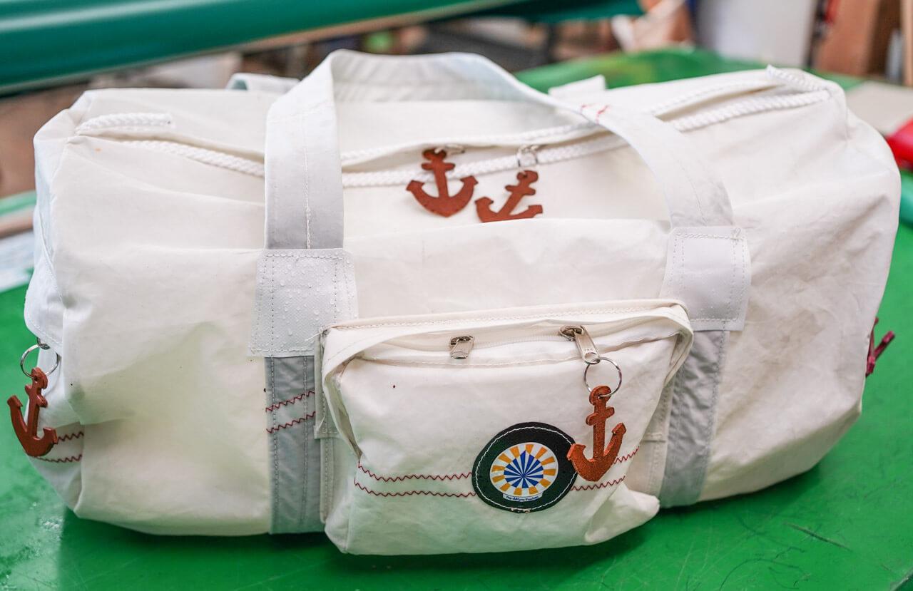 Weiße Sporttasche aus Segelstoff mit Außentasche