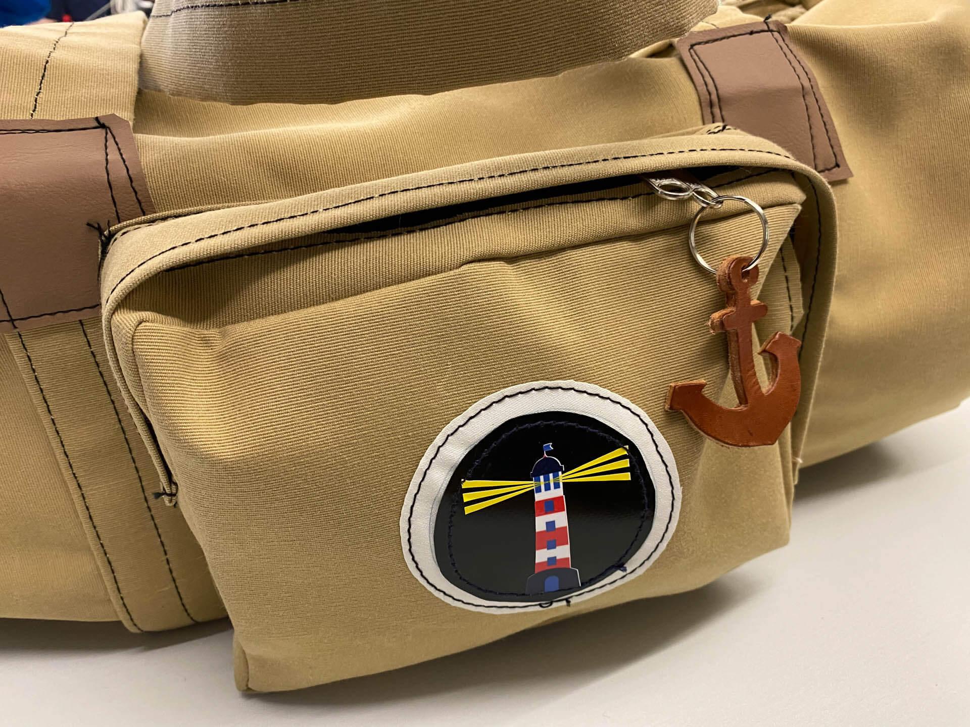 Maritime Reisetasche mit Leuchtturm-Symbol und Außentasche
