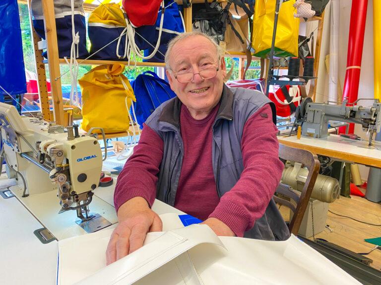 Manfred Kern fertigt in Handarbeit maritime Taschen an